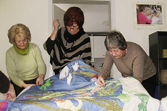 Handarbeitskurs im Familienzentrum Neustrelitz, Frauen nähen eine Patchworkdecke